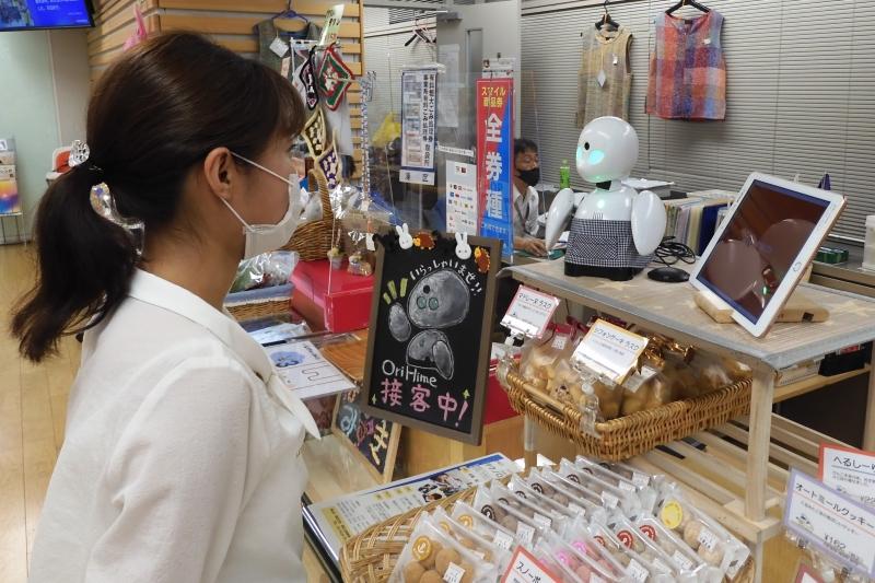 ロボットと働く/東京都港区、障がい者 ロボ介し接客