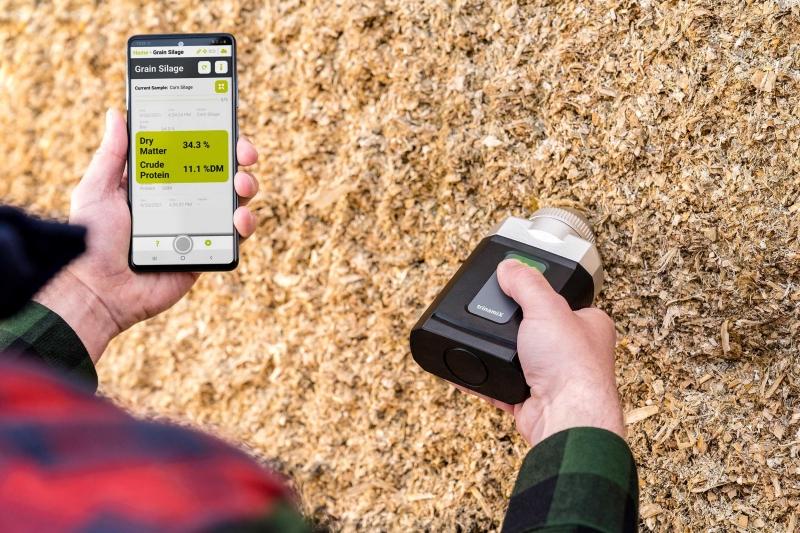 BASFジャパン、片手サイズの近赤外分光装置 畜産飼料向け機能追加