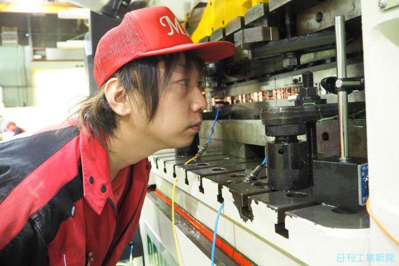 プレス業界、技能に磨き・現場の若手社員(上)エムアイ精巧と豊里金属工業