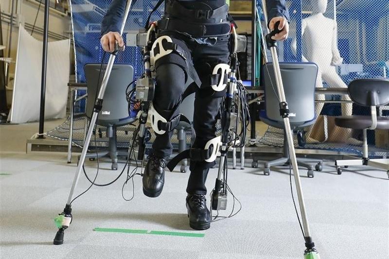豊田工大、直立四足歩行型のアシストスーツ開発 下肢まひ・リハビリ支援