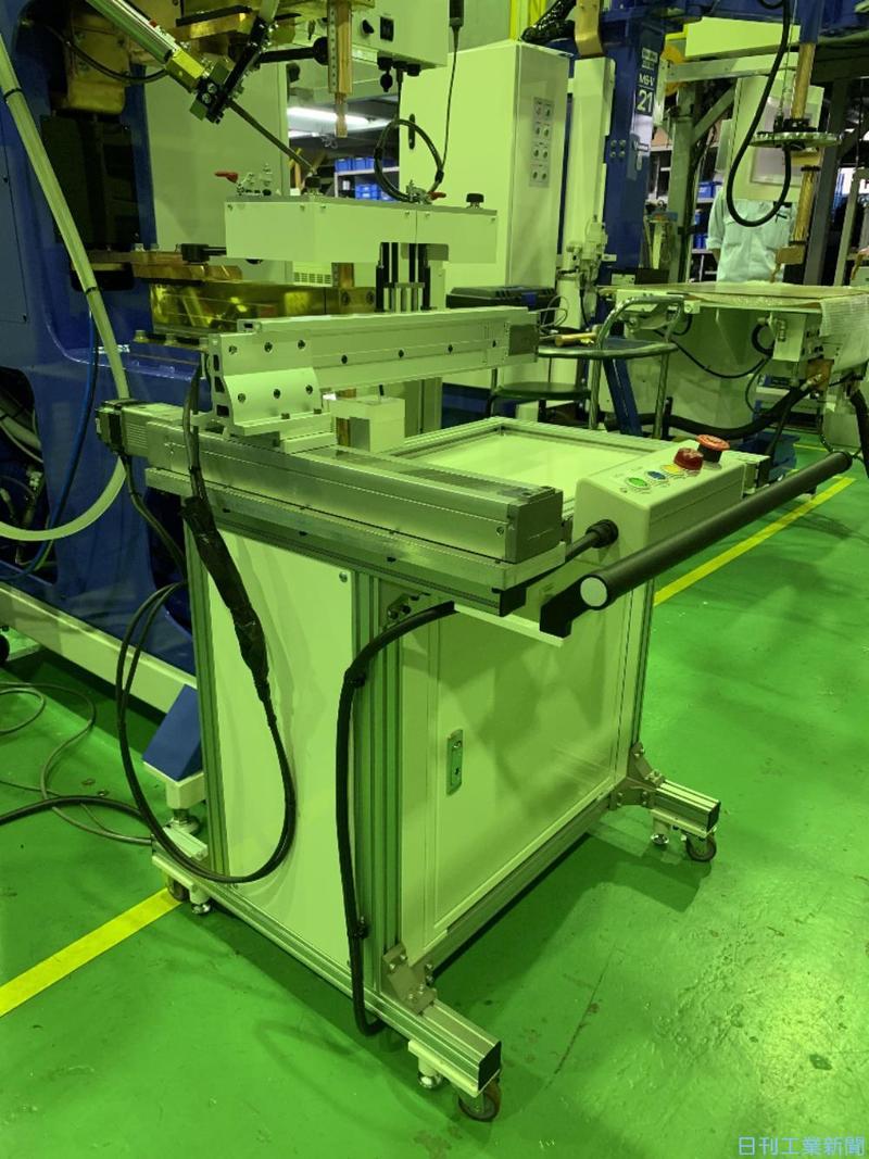 定置式溶接機を自動化 向洋技研が後付け搬送装置