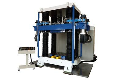 放電精密加工研、4軸直動式プレス機 ストローク延長し小型化