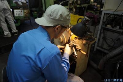 中橋製作所、刃物研磨自動化 ブラスト装置・多関節ロボ導入、「角のみ」競争力向上