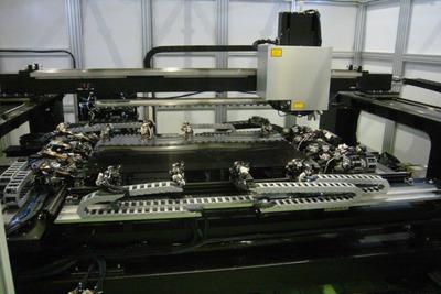 液晶パネル欠陥、自動修正 片岡製作所がAI活用リペア装置