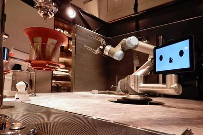 QBITロボ、カフェロボの接客実証 AI・カメラ活用