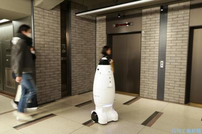 警備ロボが上下階を自律移動 三菱地所、エレベーターと連動