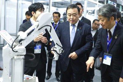 経産相、2019国際ロボット展を視察 「導入の進展に期待」