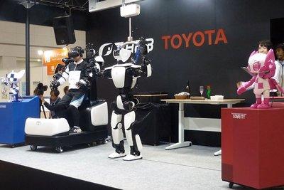 国際ロボット展/トヨタ、人型ロボ進化形 繊細な指の動きも追従