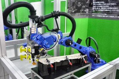 ロボで車内装材を接着 トライエンジが低コスト技術