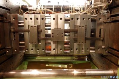 樹脂成形、ランナーレス4段式 三恵金型が実用化