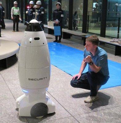 防災訓練に警備ロボ活用 三菱地所が実施、外国人に英語で声かけ