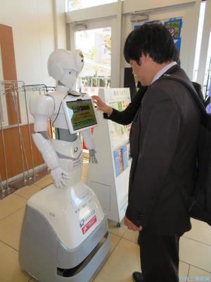 CIJ、自律移動型の案内ロボ実証 AIで音声対話・顔認識