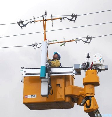 北陸電とスギノマシン、配電工事補助ロボ製作 「アシストアーム」配備